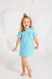 Schönes kleines Mode-Modell auf weißem Studiohintergrund Porträt des netten Mädchens aufwerfend im Studio Lizenzfreie Stockfotos