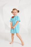 Schönes kleines Mode-Modell auf weißem Studiohintergrund Porträt des netten Mädchens aufwerfend im Studio Lizenzfreies Stockfoto