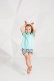 Schönes kleines Mode-Modell auf weißem Studiohintergrund Porträt des netten Mädchens aufwerfend im Studio Stockfoto