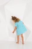 Schönes kleines Mode-Modell auf weißem Studiohintergrund Porträt des netten Mädchens aufwerfend im Studio Lizenzfreie Stockfotografie