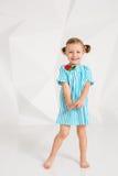 Schönes kleines Mode-Modell auf weißem Studiohintergrund Porträt des netten Mädchens aufwerfend im Studio Stockbilder