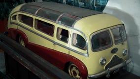 Schönes kleines Spielzeug von einem alten Retro- Packwagen stock footage