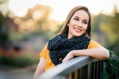 Schönes Lächeln der jungen Frau lizenzfreies stockfoto