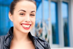 Schönes Lächeln der jungen Frau Stockfoto