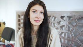 Schönes Lächeln der jungen Frau - bilden Sie Konzepte stock footage