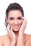 Schönes Lächeln der jungen Frau getrennt auf weißem Ba Stockfotos