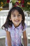 Schönes Lächeln des kleinen Mädchens lizenzfreies stockbild