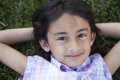 Schönes Lächeln des kleinen Mädchens stockbilder