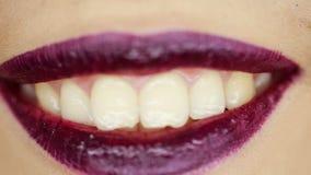 Schönes Lächeln mit weißen teeths und den rosa Lippen stock video footage