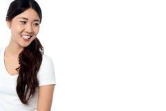 Schönes lächelndes asiatisches Modell, das weg schaut Stockfotografie