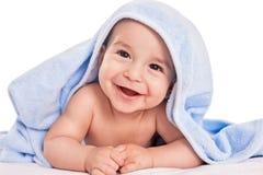 Schönes lächelndes Babykind nach der Dusche lokalisiert auf Weiß Stockbild