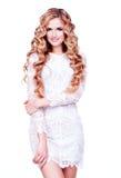 Schönes lächelndes blonda Mädchen mit dem langen gelockten Haar Stockfotografie