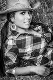Schönes lächelndes Cowgirl stockfotografie