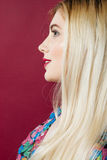 Schönes lächelndes Frauen-Gesicht mit sauberer perfekter Haut auf rosa Hintergrund Porträt der netten Blondine mit Fachmann stockbild