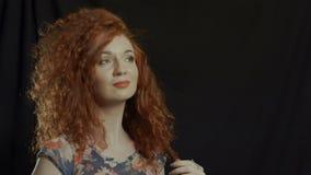 Schönes lächelndes Frauenporträt auf Schwarzem stock footage