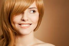 Schönes lächelndes Frauenportrait Stockbilder