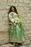 Schönes lächelndes gelocktes Mädchen im Azerbaijani nationalen Kostüm Stockfotos