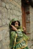 Schönes lächelndes gelocktes Mädchen im Azeri nationalen Kostüm Stockfotografie