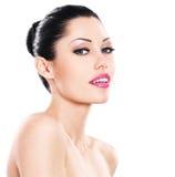 Schönes lächelndes Gesicht der kaukasischen Frau mit den rosa Lippen Lizenzfreie Stockfotografie