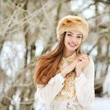 Schönes lächelndes junge Frau portrat im Winter Lizenzfreie Stockbilder