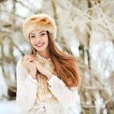 Schönes lächelndes junge Frau portrat im Winter Stockbilder