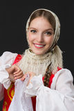 Schönes lächelndes kaukasisches Mädchen im russischen Volkskostüm Lizenzfreies Stockfoto