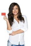 Schönes lächelndes Mädchen, das in der Hand rote Karte zeigt Lizenzfreie Stockfotos