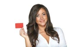 Schönes lächelndes Mädchen, das in der Hand rote Karte zeigt Stockfotos