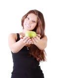 Schönes lächelndes Mädchen dehnt grünen Apfel aus Stockbild