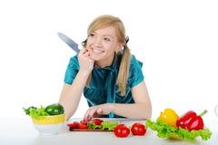 Schönes lächelndes Mädchen in der Küche. Stockfotografie