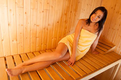 Schönes lächelndes Mädchen in der Sauna Lizenzfreie Stockfotos