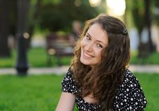Schönes lächelndes Mädchen in einem Park Stockfotos