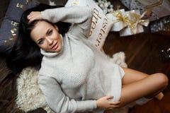 Schönes lächelndes Mädchen in einem weißen pullower Stockfotos