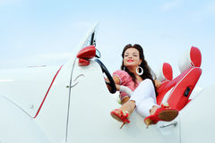 Schönes lächelndes Mädchen in einem weißen Weinleseauto Stockfoto