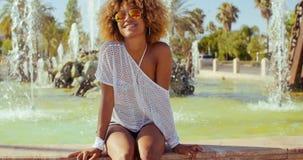 Schönes lächelndes Mädchen mit Afro-Haarschnitt stock video footage