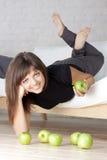 Schönes lächelndes Mädchen mit grünen Äpfeln Lizenzfreie Stockfotografie