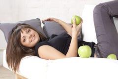 Schönes lächelndes Mädchen mit grünen Äpfeln Stockbild