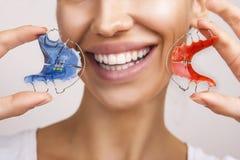 Schönes lächelndes Mädchen mit Halter für Zähne, Nahaufnahme lizenzfreies stockbild