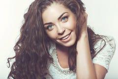 Schönes lächelndes Mädchen mit natürlichem Make-up und dem losen Haar Lizenzfreies Stockfoto