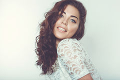 Schönes lächelndes Mädchen mit natürlichem Make-up und dem losen Haar Stockfoto