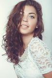 Schönes lächelndes Mädchen mit natürlichem Make-up und dem losen Haar Stockbild