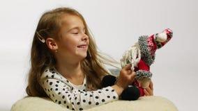 Schönes lächelndes Mädchen mit Sankt-Spielzeug, das Spaß hat stock video footage