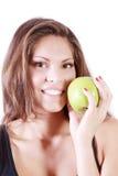 Schönes lächelndes Mädchen zeigt frischen grünen Apfel Lizenzfreie Stockfotos