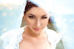 Schönes lächelndes nahes hohes der Braut lizenzfreie stockbilder