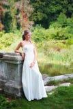 Schönes lächelndes nahes hohes der Braut stockfoto