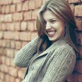 Schönes lächelndes Porträt der Frau draußen Stockbild