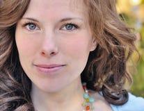 Schönes lächelndes Portrait der Frauen-20s Stockfoto