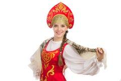 Schönes lächelndes russisches Mädchen im Volkskostüm Lizenzfreie Stockfotos