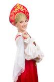 Schönes lächelndes russisches Mädchen im Volkskostüm Lizenzfreies Stockbild