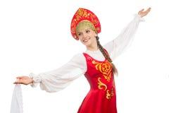 Schönes lächelndes russisches Mädchen im Volkskostüm Stockbild